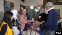 시리아 난민 출신 여성들이 만든 시리아 전통 과자가 '시리아 스윗 익스체인지' 행사에서 판매되고 있다.