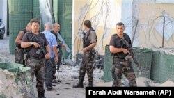 Mogadişu'da Türk elçiliği önünde bekleyen Türk güvenlik görevlileri