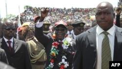 Президент Мугабе (в центре)