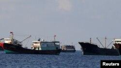 Đội tàu cá của Trung Quốc ở Bãi cạn Scarborough.