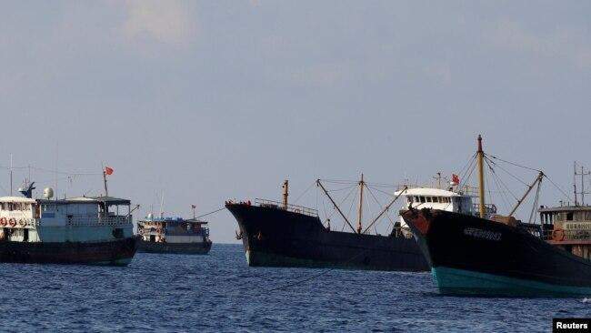 Trung Quốc gửi gần 200 tàu tới khu vực bãi Tư Chính phía tây nam Trường Sa nơi Việt Nam khoan dầu. Lực lượng Việt Nam, với hơn 50 tàu, được cho là không có khả năng chống đỡ, theo nhận định của tiến sỹ Alexander Vuving.