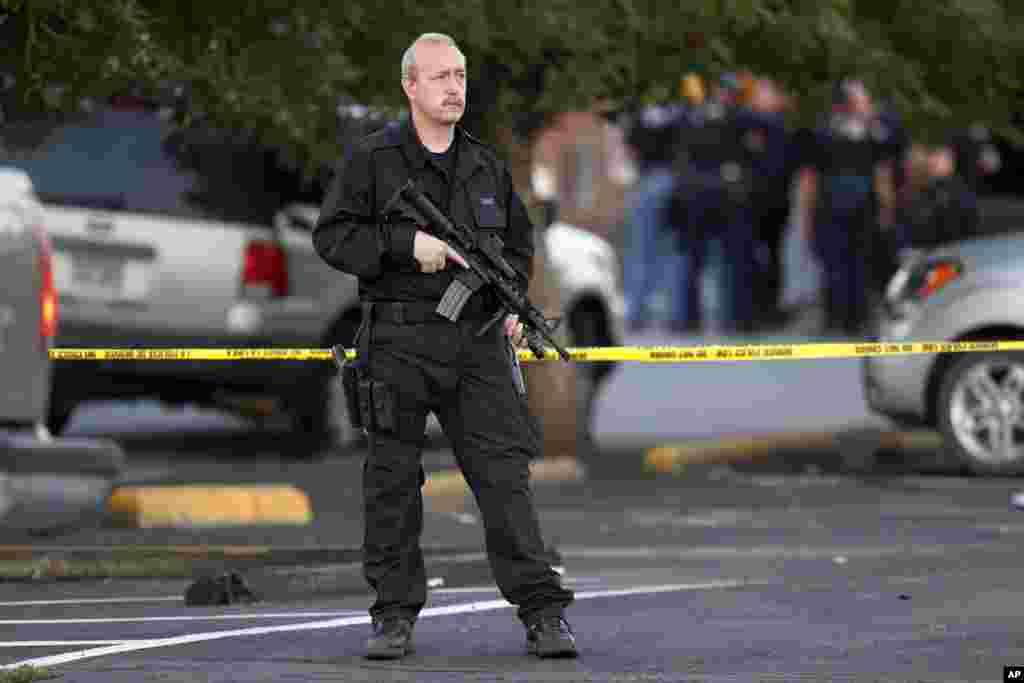 A policier près du complexe d'appartement ou vivait le suspect de la fusillade d'Aurora (AP)