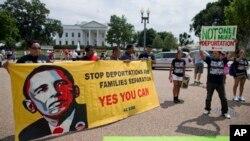 Para imigran melakukan unjuk rasa di depan Gedung Putih untuk menentang deportasi (foto: dok). Pemerintahan Obama berusaha memberlakukan perintah eksekutif presiden supaya sekitar lima juta imigran gelap tidak dideportasi.
