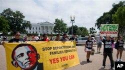 Manifestantes piden frente a la Casa Blanca que se ponga fin a las deportaciones.