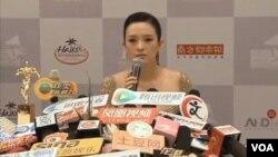 章子怡在海口參加第12屆華語電影傳媒大獎頒獎典禮時接受記者採訪