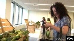 Radnici advokatske kancelarije Vinston i Stran kupe sveže povrće isporučeno direktno u kancelariju.