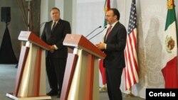 El secretario de Estado, Mike Pompeo, izquierda, se reunió con su homólogo mexicano, Luis Videgaray y hablaron del problema que representa la llegada de la caravana de migrantes. [Foto: Cortesía, cancillería de México].