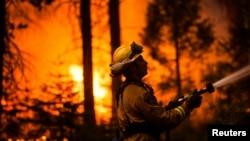 26일 미국 캘리포니아주 요세미티 국립공원 인근에서 소방관이 산불 진화 작업을 벌이고 있다.