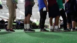 Emigrantët presin në radhë për ushqim në një nga qendrat për fëmijët në Teksas (9 korrik 2019)
