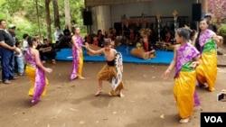 Penampilan tarian khas Tengger, dalam rangka melestarikan budaya dan mengajak masyarakat mencintai lingkungannya (Foto: VOA/Petrus).