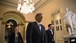 ປະທານສະພາຕໍ່າ ທ່ານ John Boehner ຈາກລັດ Ohio ຍ່າງໄປຫາຫ້ອງການທ່ານໃນຕຶກລັດຖະສະພາ (Capitol Hill) ໃນວັນທີ 15 ມັງກອນ 2013, ໃນຂະນະທີ່ພວກຜູ້ແທນ ໂຕ້ຖຽກັນກ່ຽວກັບເງິນຊ່ວຍເຫລືອສໍາລັບ ລົມພາຍຸທີ່ຮ້າຍແຮງທີ່ ສຸດຫົວນຶ່ງ ພັດຖະຫຼົ່ມເຂດຕາເວັນອອກສຽງເໜືອຂອງສະຫະລັດ