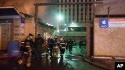 Nhân viên cứu hoả Nga tại nhà máy dệt may bị cháy ở Moscow, ngày 30/1/2016.