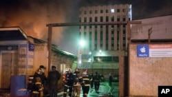 Para petugas pemadam kebakaran memadamkan api di pabrik tekstil, Sabtu, 30 Januari 2016.