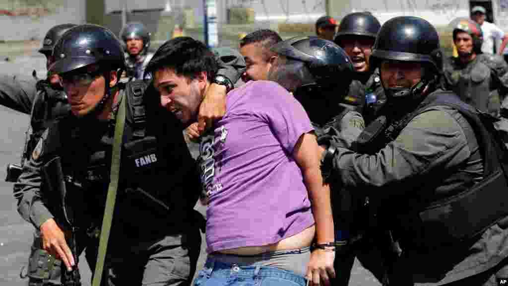 Otro manifestante detenido en las protestas de Caracas.