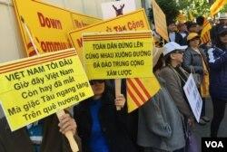 Ca từ do nhạc sĩ Việt Khang sáng tác trên biểu ngữ trong ngày biểu tình 8/6/2018 tại San Francisco (Ảnh: Bùi Văn Phú)