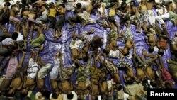 Gần 800 người di trú từ Miến Điện và Bangladesh đã được cứu khi tàu của họ bị chìm ở ngoài khơi bờ biển phía đông của tỉnh Aceh của Indonesia.