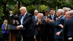 Le président Donald Trump accompagné de membres de la Chambre de représentants tient un discours au jardin rose de la Maison Blanche, à Washington, 4 mai 2017l.