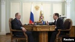 俄罗斯总理梅德韦杰夫(右)与总统普京会晤。(2014年3月27日)