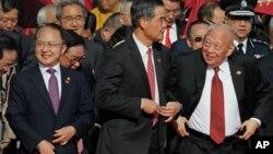 Direktur kantor Penghubung China daratan di Hong Kong, Whang Zhimin (paling kiri) menghadiri upacara bendera dalam peringatan 21 tahun penyerahan Hong Kong ke China, 2 Juli 2018.(Foto: AP)