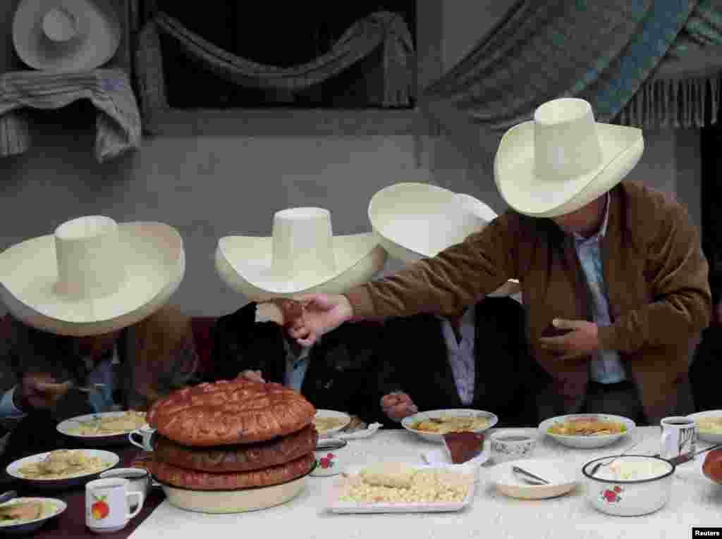 Peruanski predsednički kandidat Pedro Kastiljo na doručku sa članovima svoje porodice pre glasanja u mestu Čuguru. 6. juni, 2021. ( Foto: Alesandro Senk / Rojters )
