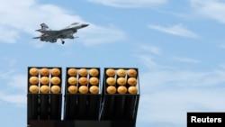 Chiến đấu cơ F-16 của Đài Loan bay bên trên hệ thống phóng rocket đa nòng Thunderbolt-2000 tại căn cứ không quân ở Cao Hùng.
