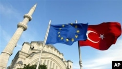Türkiye'nin vatandaşları için AB'den yıllardır talep ettiği vize muafiyetinin elde edilmesini sağlayacak süreçte imza aşamasına gelindi.
