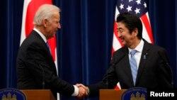 일본을 방문한 조 바이든 미국 부통령(왼쪽)이 3일 아베 신조 일본 총리와 회담한 후 공동 기자회견에 참석했다.