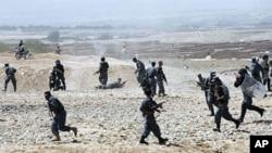 Гејтс и Петреус со различни ставови за флексибилноста за датумот за повлекување од Авганистан