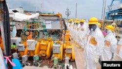 Para anggota pengawas keselamatan nuklir Jepang melakukan inspeksi di PLTN Fukushima (foto: dok).