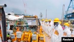 Para anggota panel pemeriksa keselamatan PLTN Fukushima di lokasi. (Foto: Dok)