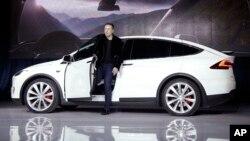 """Elon Musk, CEO Tesla Motors, memperkenalkan mobil Tesla yang dilengkapi dengan """"Autopilot"""" (foto: dok)."""