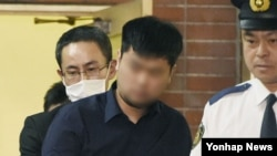 9일 일본 도쿄의 한 경찰서에서 야스쿠니 신사 폭발음 사건 용의자로 지목된 한국인 남성 전모 씨가 추가 수사를 받기 위해 경시청 공안부로 이송되고 있다.