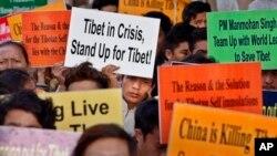 Các nhà hoạt động biểu tình tại Ấn Ðộ phản đối các vụ vi phạm nhân quyền của chính quyền Trung Quốc ở Tây Tạng.