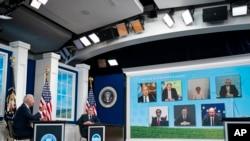 拜登总统在白宫南院礼堂向主要经济体能源和气候论坛的与会者发表讲话,国务卿布林肯在旁聆听。(2021年9月17日)