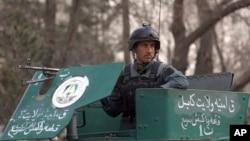 一名士兵站在阿富汗首都喀布爾最大的軍隊醫院旁(2017年3月8日)