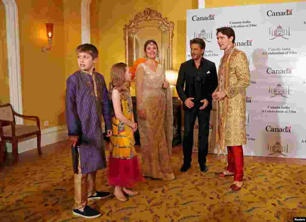 រដ្ឋមន្រ្តីកាណាដាលោក Justin Trudeau និងភរិយាអ្នកស្រី Sophie Gregoire Trudeau និងកូនស្រី Ella Grace និងកូនប្រុស Xavier ឈរថតរូបជាមួយតារាBollywood ឥណ្ឌាលោក Shah Rukh Khan ក្នុងទីក្រុង Mumbai ប្រទេសឥណ្ឌា។