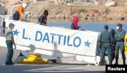 지난달 이탈리아에서 입항을 거부당한 난민들이 스페인 발렌시아의 항구에 도착하고 있다.