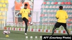 اویس عزیزی، دروازه بان تیم ملی فوتبال افغانستان به هم تیمی ذخیره اش حین تمرین