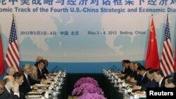 Wakil Perdana Menteri Tiongkok Wang Qishan (nomor dua dari kanan) dan Menteri Keuangan AS Timothy Geithner (nomor tiga dari kiri) berdialog dalam sesi pembahasan strategis terkait masalah ekonomi di Beijing (3/5).