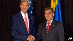 El secretario de Estado John Kerry y el canciller venezolano Elías Jaua acordaron intentar mejorar las relaciones entre ambos países, en su encuentro en Antigua Guatemala.
