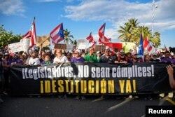푸에르토리코 수도 산 후안에서 리카르도 로세요 주지사의 사임을 요구하는 시위가 열렸다.