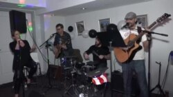 Рок бенд од Вашингтон ги зближува иселениците од некогашните ју-простори