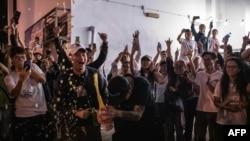 香港泛民主派支持者在一個投票站外開香檳慶祝。