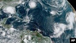 Gambar satelit dari NOAA ini menunjukkan lima badai tropis di kawasan Atlantic pada pukul 5:20 sore waktu setempat, Senin, 14 September 2020. Dari kiri: Badai Sally di atas Teluk Meksiko, dan Badai Paulette di atas kawasan Bermuda.