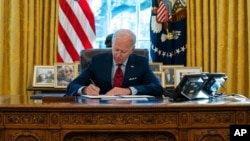 პრეზიდენტი ბაიდენი ოვალურ ოფისში ხელს აწერს აღმასრულებელ განკარგულებას