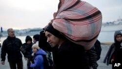 Pengungsi dan para migran ketika baru turun dari sebuah ferry di pelabuhan utama Athena, di Piraeus, 27 Januari 2016.