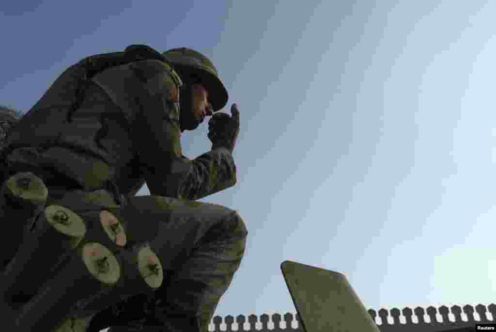 Un soldado egipcio monta guardia desde un vehículo blindado frente al palacio presidencial en El Cairo.
