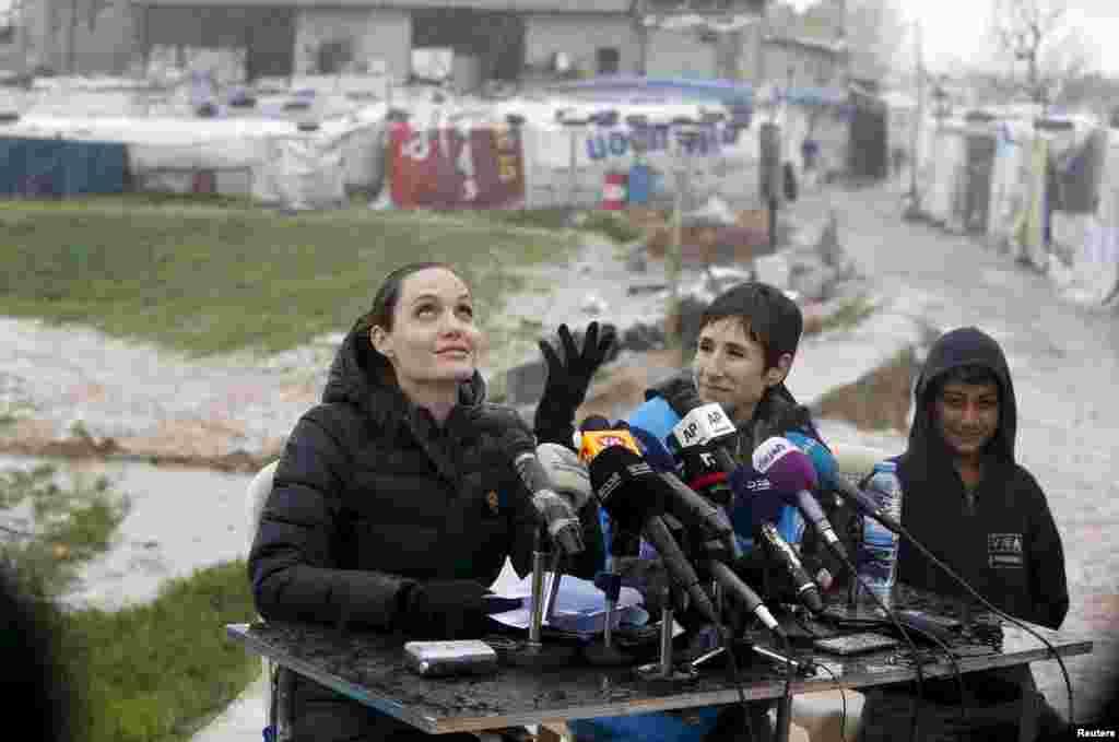 ប្រេសិតពិសេសនៃឧត្តមស្នងការជាន់ខ្ពស់អ.ស.បទទួលបន្ទុកលើជនភៀសខ្លូនលោកស្រី Angelina Jolie ត្រងទឹកភ្លៀងនៅអំឡុងពេលសន្និសីទសារព័ត៌មានពេលលោកស្រីធ្វើទស្សនកិច្ចនៅជំរុំជនភៀសខ្លួនស៊ីរីក្នុងក្រុង Bekaa Valley ប្រទេសលីបង់ កាលពីថ្ងៃទី១៥ ខែមិនា ឆ្នាំ២០១៦។