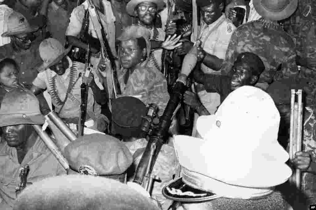 Soldados do MPLA comemoram independência de Angola em 11 de Novembro de 1975