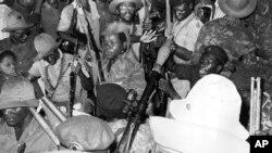 Soldados do MPLA comemoram independência em 1975